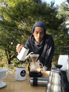 コーヒーを淹れる代表