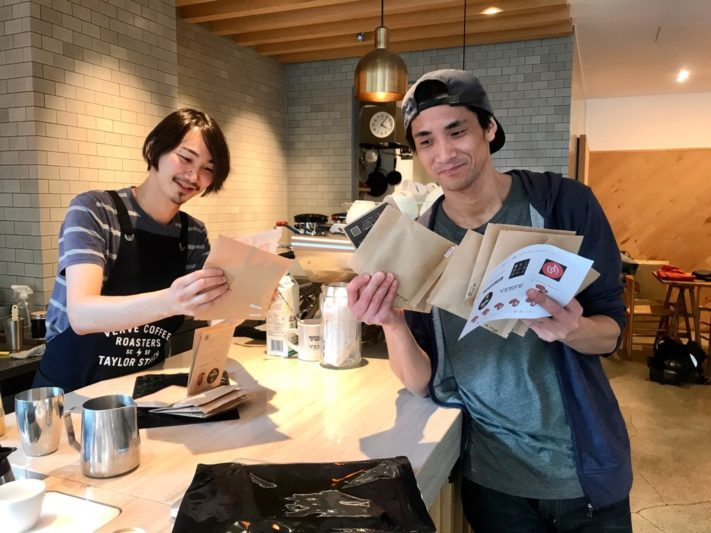 コーヒー図鑑を手にしたVerve店長とBring me Shonan代表